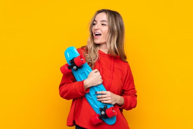 幸せな表情でスケートを持つ若い女性