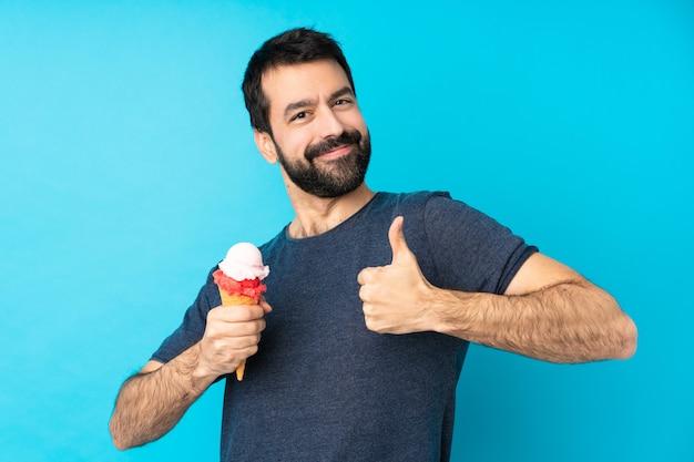 Молодой человек с мороженым корнет, давая недурно жест
