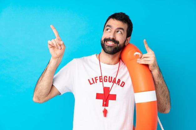 Спасатель человек, указывая указательным пальцем отличная идея