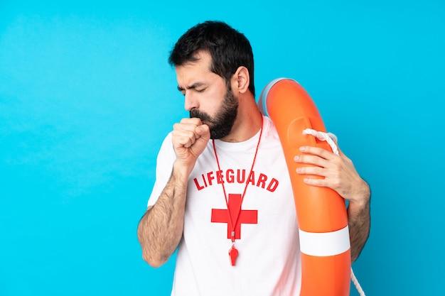 ライフガードの男性は咳で苦しんでいます
