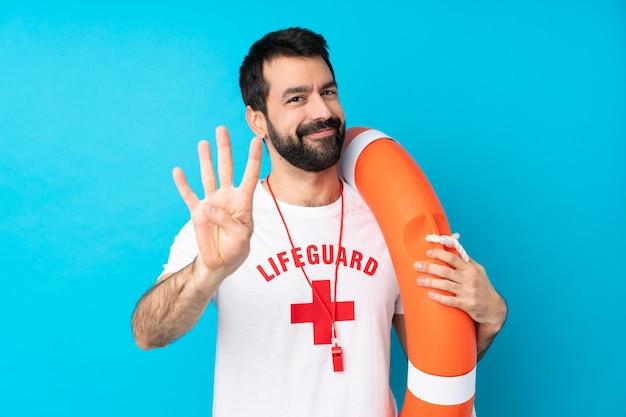 Спасатель человек счастлив и считает четыре пальца