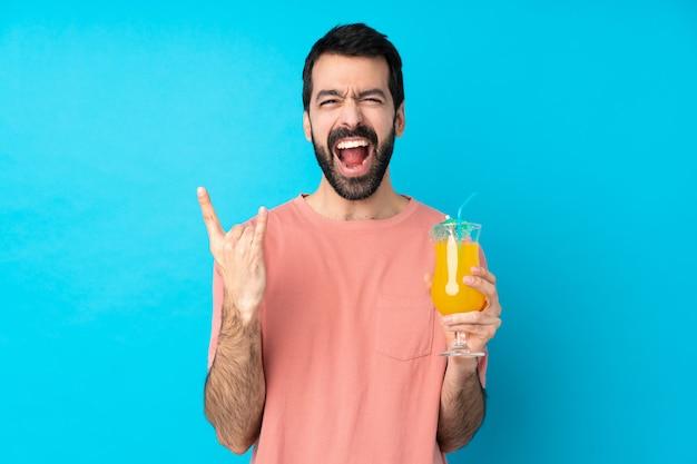 Молодой человек за коктейль делает рок жест