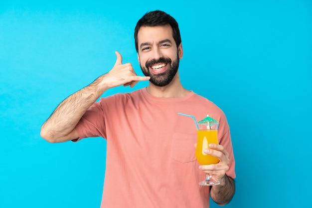 Молодой человек за коктейль, делая жест телефона