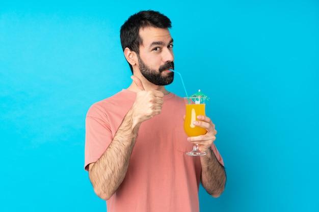 Молодой человек за коктейлем