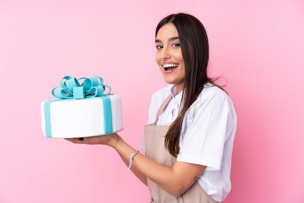 大きなケーキを持つ若い女性