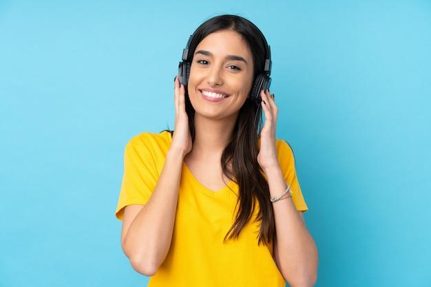 音楽を聴く若いブルネットの女性