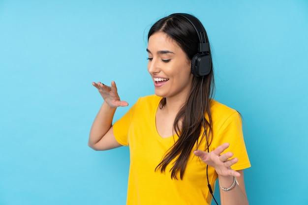 音楽を聴くと踊る若いブルネットの女性