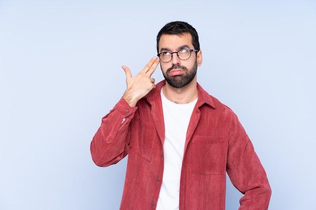 自殺ジェスチャーを作る問題とコーデュロイジャケットを着ている若い男