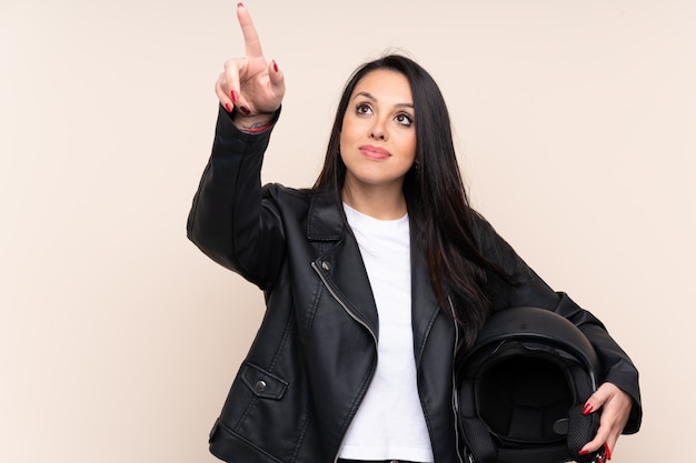 透明なスクリーンに触れる壁にオートバイのヘルメットを保持している若い女の子