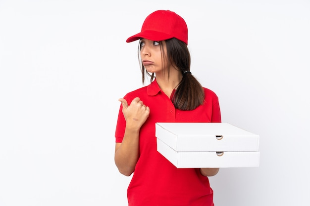 不幸と側を指している若いピザ配達の女性