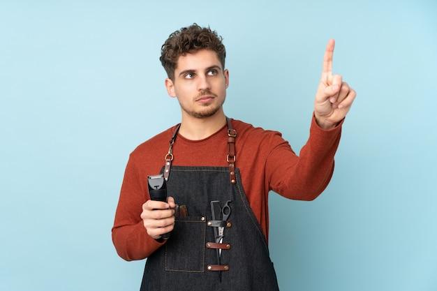Парикмахер кавказских человек на синей стене трогательно на прозрачном экране