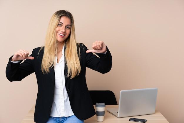 Молодая деловая женщина в офисе гордый и самодовольный