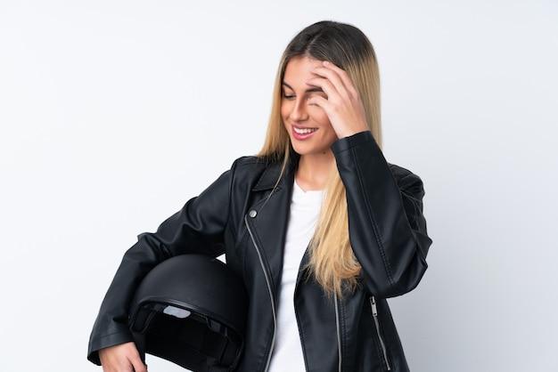 Молодая уругвайская женщина смеется над мотоциклетным шлемом