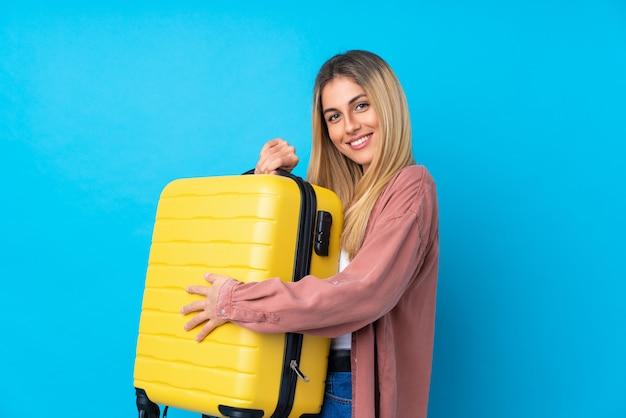 旅行スーツケースと一緒に休暇で若いウルグアイ女性