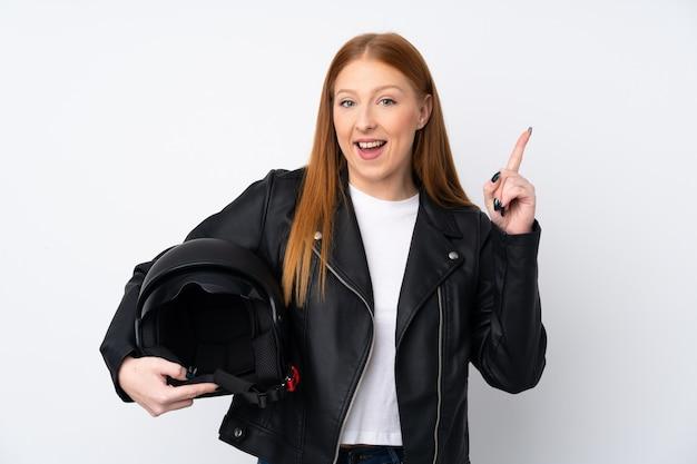Рыжая молодая женщина с мотоциклетным шлемом