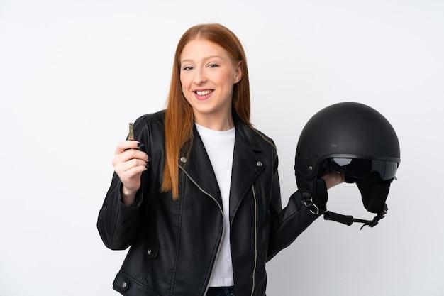 オートバイのヘルメットを持つ若い赤毛の女性