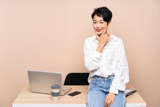 アイデアを考えて彼女の職場で若いビジネスアジアの女性