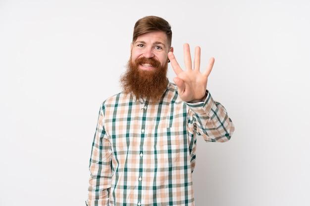 Рыжий мужчина с длинной бородой над изолированной белой стеной счастлив и считает четыре пальца