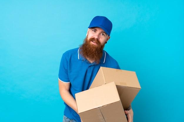 Рыжий доставщик по синей стене