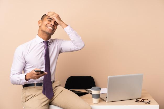 笑っているオフィスの若いビジネスマン