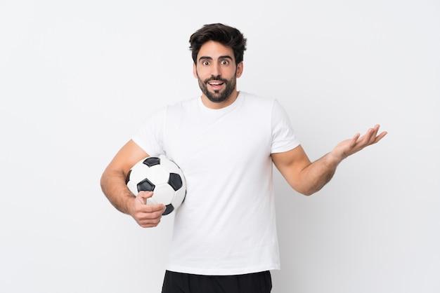 Молодой красавец с бородой на белом фоне с шокирован выражением лица