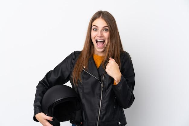 勝利を祝うオートバイのヘルメットを持つ女性