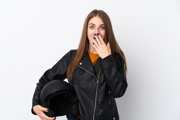 驚きの表情でオートバイのヘルメットを持つ女性