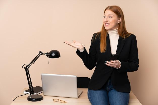 Деловая женщина в офисе, протягивая руки в сторону за приглашение прийти