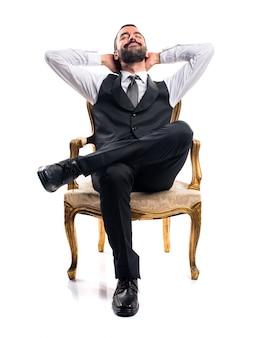 アームチェアに座っているビジネスマン