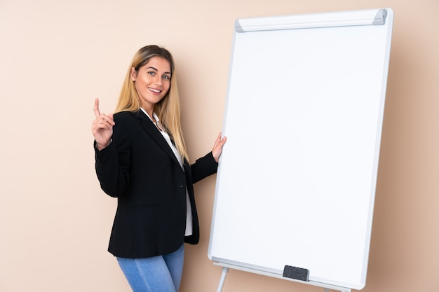 Молодая женщина в презентации на белой доске