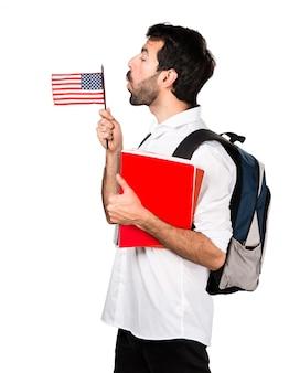 アメリカ人の旗を掲げる学生男