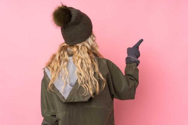 冬の服を着た若い女性