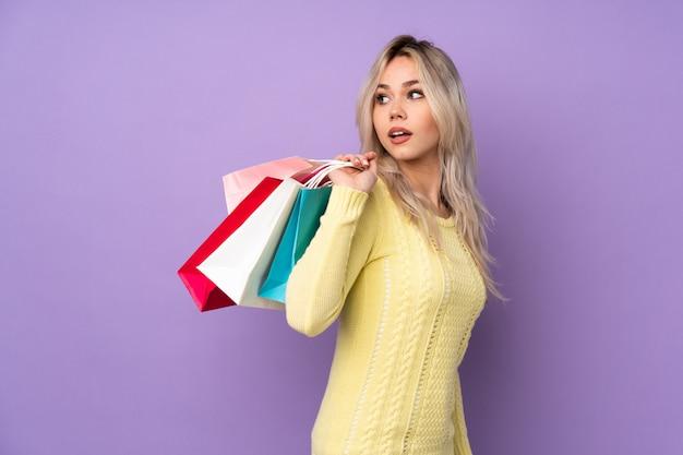 Молодая женщина, покупки некоторые одежды