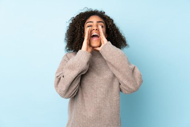 青い壁の叫びと何かを発表に分離された若い女性