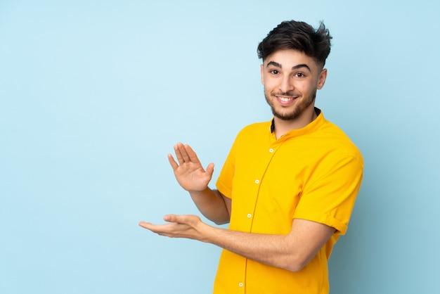 Красивый мужчина на стене аплодирует