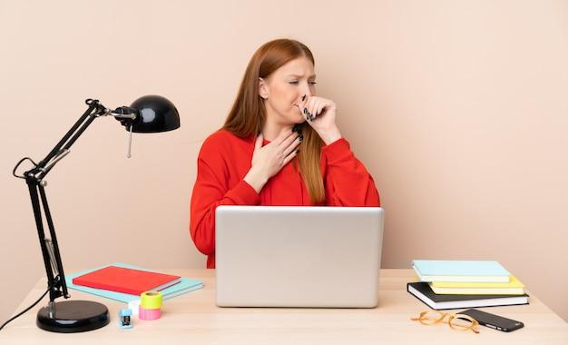 ノートパソコンで職場の若い学生女性は咳と気分が悪い