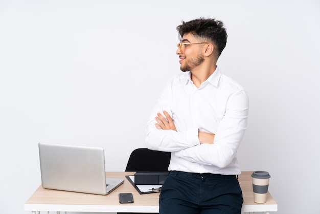 Человек в офисе изолирован на белой стене в боковом положении