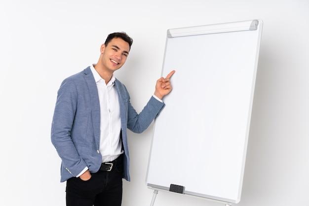 Молодой красавец на фиолетовый, давая представление на белой доске и указывая его