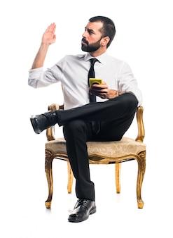 携帯電話に話すビジネスマン