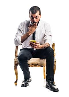 Бизнесмен разговаривает с мобильного