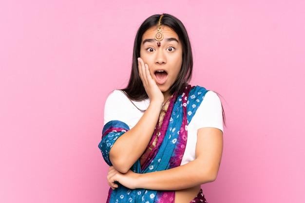 壁を越えてサリーと若いインド人女性は右を見ながら驚いてショックを受けた