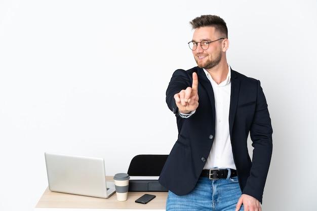 白い壁に指を示すオフィスのロシア人男性