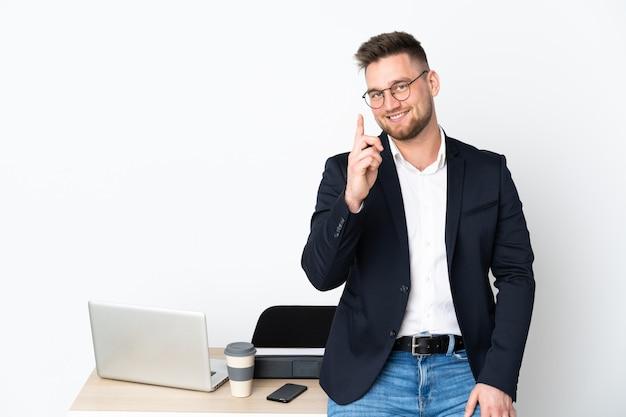 白い壁を示すと指を持ち上げてオフィスでロシア人男性