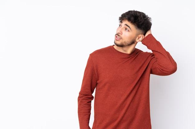 アイデアを考えて壁の上のアラビアのハンサムな男
