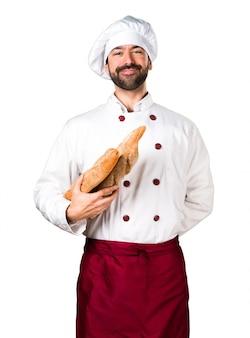 Молодой пекарь, держащий хлеб
