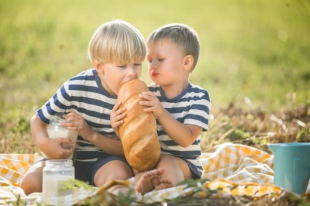 牛乳を飲むとパンを食べるかわいい子供たち