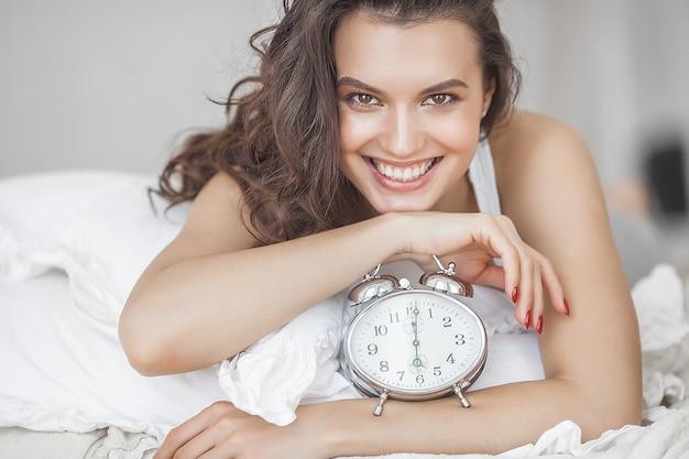 Красивая молодая женщина в постели утром