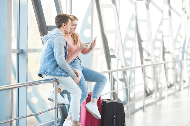 カップル旅行。愛好家の旅。空港で若い男女。家族ツアー。