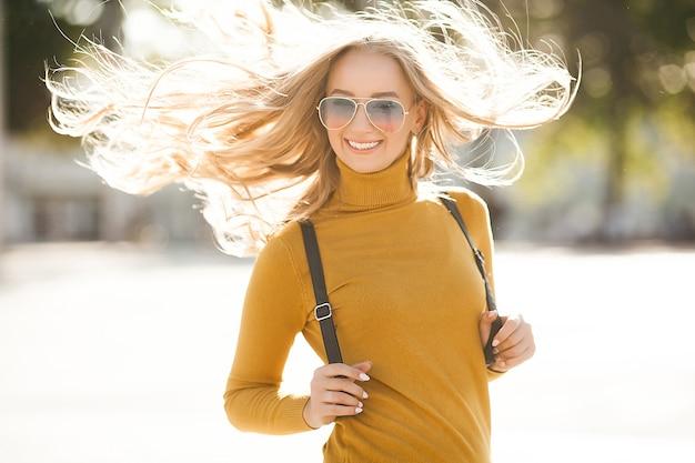 Крупным планом портрет молодой красивой женщины на открытом воздухе