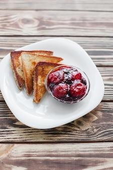 朝の朝食。イチゴとジャムで乾杯。パンとコンフィチュール。クリームと新鮮なホットトースト。おいしい自家製デザート。